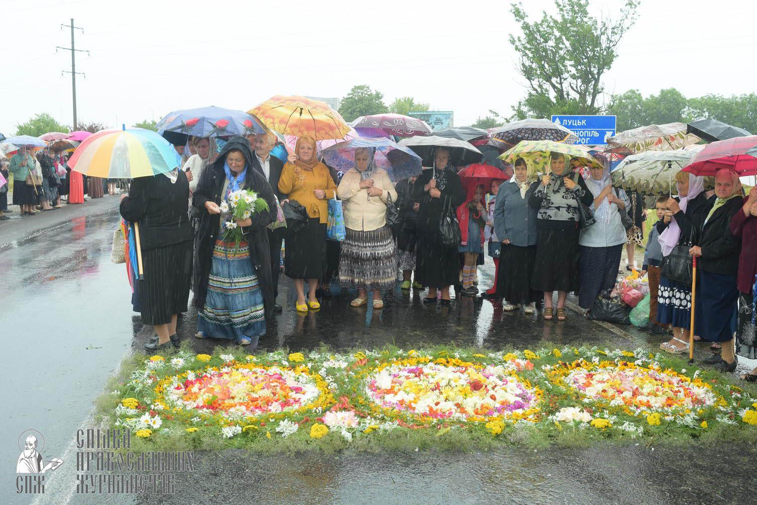 easter_procession_ukraine_pochaev_sr_1236
